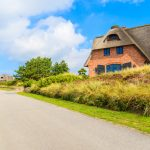 Sådan lejer man nemt billige sommerhuse
